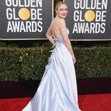 Auch ein schöner Rücken kann entzücken. Dakota Fanning zeigt sich im hellen Look vonArmani.