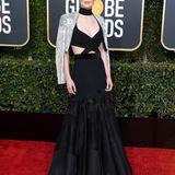 RosamundPike wählt ein Kleid von Givenchy Haute Couture. Die Cut-Outs stellen ihre Rippen allerdings sehr in den Fokus und die Schauspielerin sieht fast dürr aus.