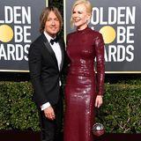Nicole Kdiman strahlt an der Seite von Ehemann Keith Urban. Mit dem weinroten Kleid von Michael Kors tut sich die Schauspielerin aber keinen Gefallen. Selbst an ihrer zarten Gestalt sieht das Outfit nach Presswurst aus.