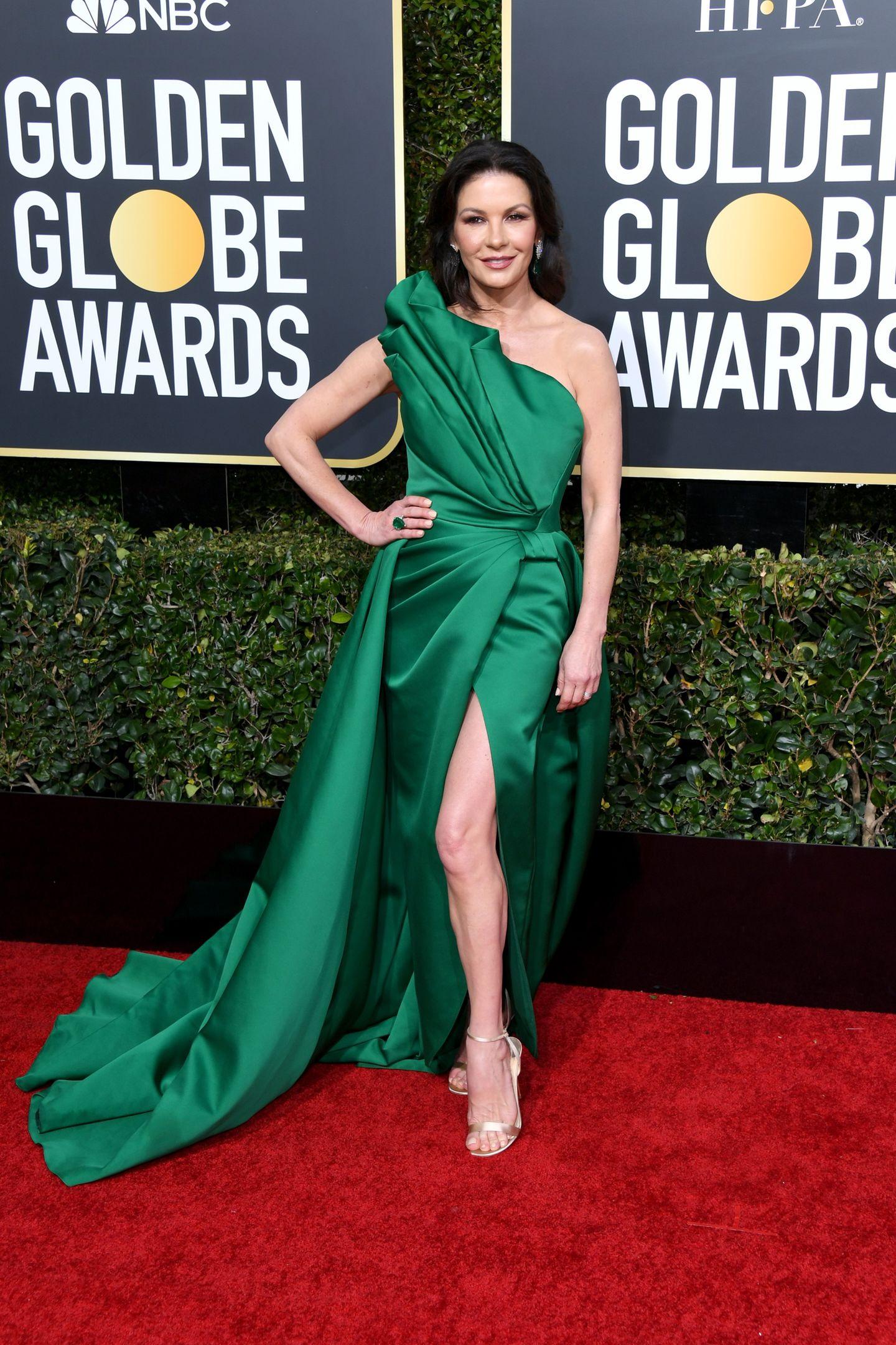 Im glamourösen Smaragd-Look strahlt Catherine Zeta-Jones bei den Golden Globes als Hollywood-Göttin.