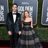 Als dunkle Prinzessin schwebt Isla Fisher, hier mit ihrem Mann Sasha Baron Cohen, über den Red Carpet der Golden Globes.