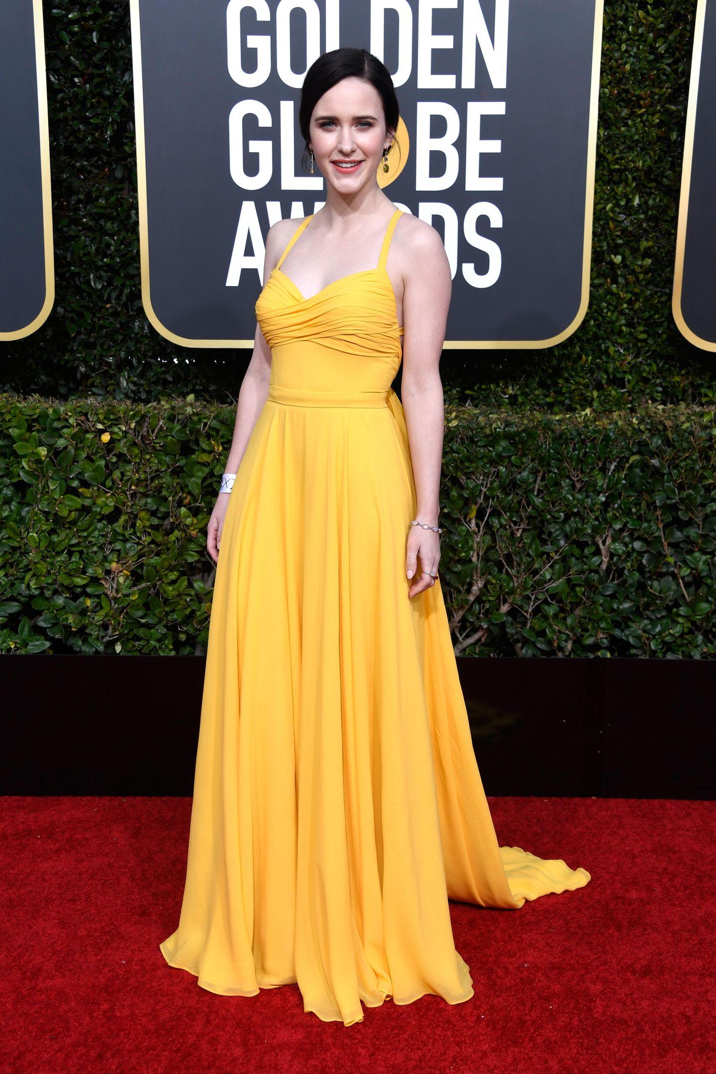 Sonnig gelb strahlt uns Rachel Brosnahan vom Red Carpet entgegen.