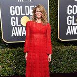 Laura Dern leuchtet in ihrem roten Valentino-Kleid mit dem Red Carpet um die Wette.