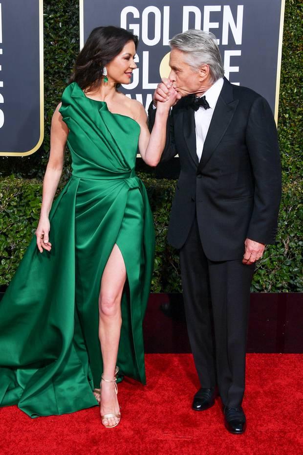 Seit mehr als 18 Jahrensind Catherine Zeta Jones und Michael Douglas mittlerweile verheiratet. Auf dem Red Carpet der Golden Globes versprüht das Hollywood-Paar nicht nur Glamour, sondern auch Romantik pur.