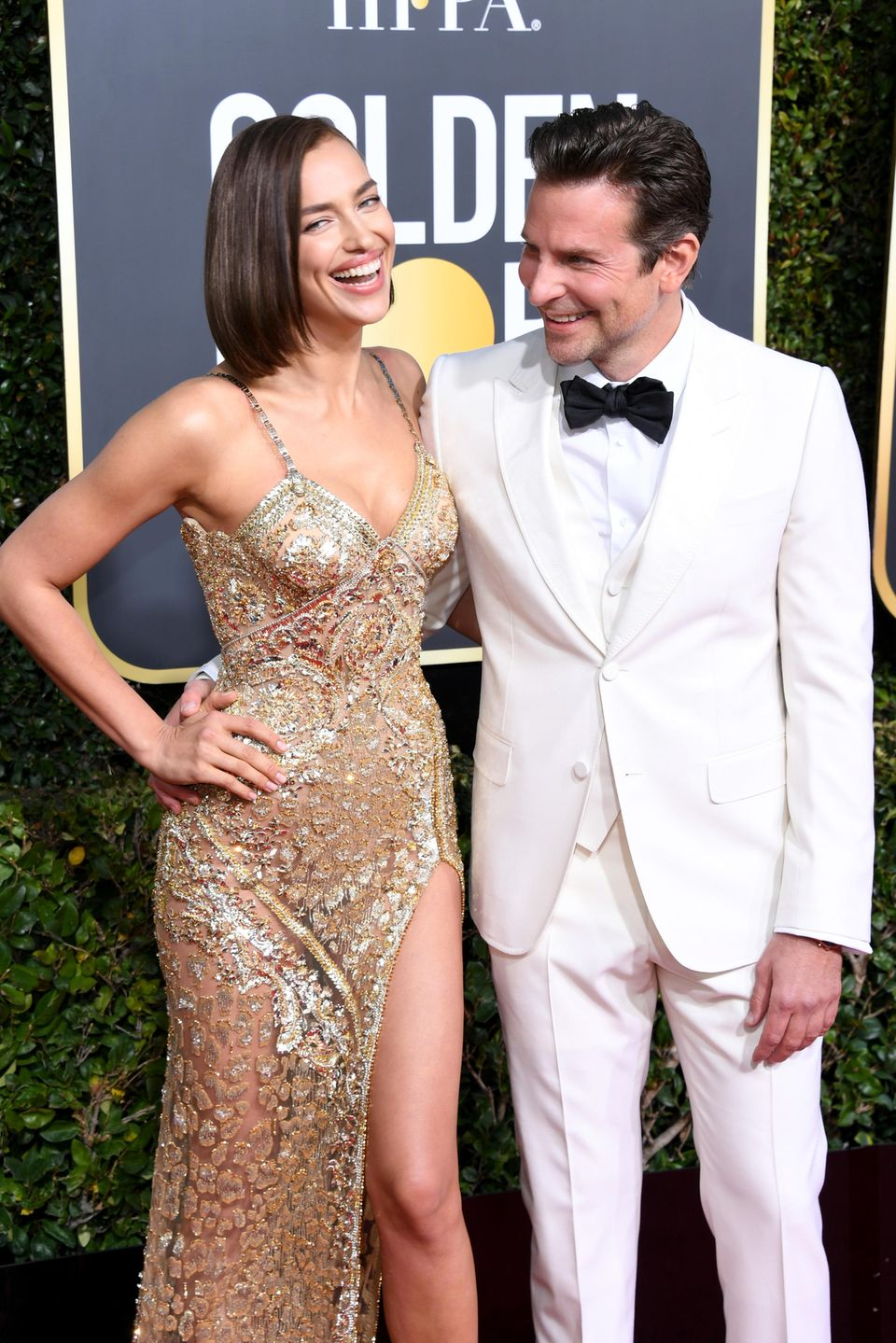Supermodel Irina Shayk und Hollywoodstar Bradley Cooper verströmen gute Laune auf dem Red Carpet der Golden Globe Awards.