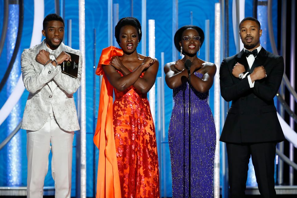 """Black Panter""-Stars Chadwick Boseman, Danai Gurira, Lupita Nyong'o und Michael B. Jordan kurz vor der Präsentation einesGewinners."