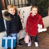 """Fröhlich lächeln Prinz Jacques und Prinzessin Gabriella in die Kamera, als Mama Prinzessin Charlene einen Erinnerungsschnappschuss ihrer Sprösslinge schießt. Für dievierjährigen Zwillinge geht es laut Charlene wieder """"Back to School"""" – und das ganz schön stylish! Während sich Prinz Jacques in eine dunkelblaue Jacke mitFellkragen hüllt und sein Outfit samt Schultasche auch sonst komplett auf denFarbton Blau abgestimmt ist, sorgtPrinzessin Gabriellamit ihremroten Mantel und ihrer rosafarbenen Tasche für einen Farbklecks. Mit dabei ist auch ihr kleines Plüsch-Einhorn, das sie an diesem besonderen Tag unterstützt."""