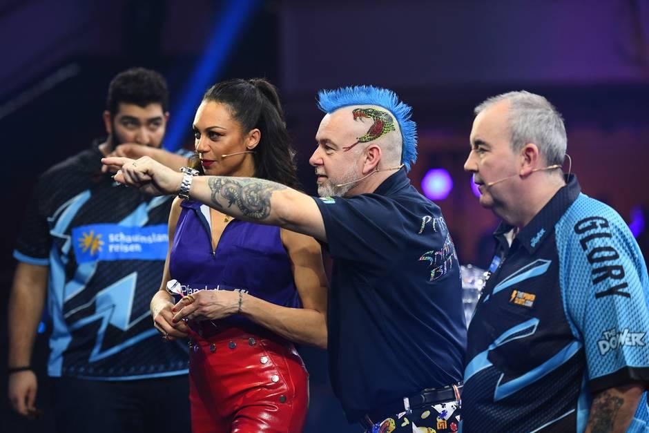 Hochkonzentriert und später emotional: Lilly Becker und Darts-Profi Peter Wright erreichen das Halbfinale der Promi Darts WM 2019.