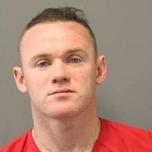 """Wayne Rooney  Im vergangenen Monat wurde Wayne Ronney am Washington Dulles International Airport in Virginia festgenommen. Englands Fußball-Starhat nach Angaben eines Sprechers auf dem Heimflug von Saudi-Arabien nach Washington Schlaftabletten genommen und dabei Alkohol getrunken und ist von der Airport Police wegen eines """"minderschweren Fehlverhaltens"""" vorläufig festgenommen und für kurze Zeit in eine Zelle gesteckt worden. Wenig später ist Rooney aber gegen eine Geldbuße von 25 Dollar freigelassen worden. Außerdem muss er 91 Dollar Gerichtskosten zahlen."""