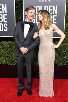 """Mit Ehemann William H. Macy ist """"Desperate Housewives""""-Star Felicity Huffman mittlerweile seit 22 Jahren verheiratet. Herrlich entspannt und offensichtlich verliebt posiert das Paar auf dem Red Carpet der Golden Globes."""