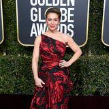 Schöner Schnitt, biederer Stoff und Muster: Alyssa Milano kann im rot-schwarzen-Satin-Look nicht ganz überzeugen.