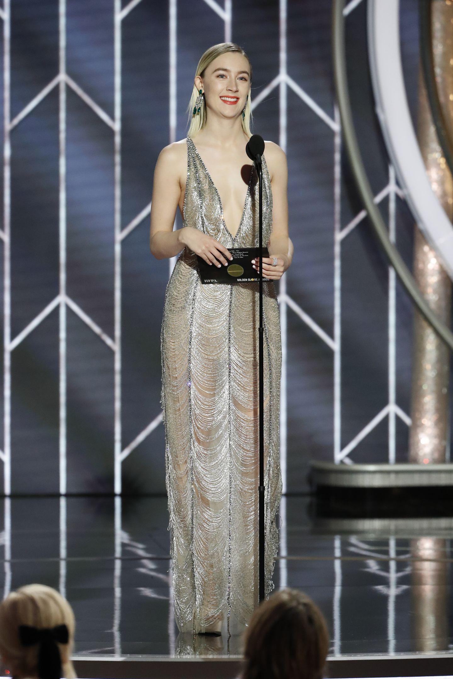 Saoirse Ronan überzeugt bei den Golden Globes im stylischen Silber-Look von Gucci.
