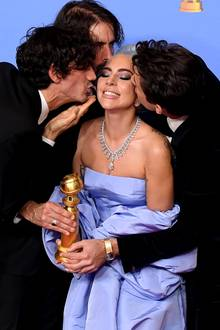"""Als Darstellerin hat sie keinen Globe einheimsen können, als Musikerin dafür aber schon: Lady Gaga teilt sich den Preismit Anthony Rossomando (links), Andrew Wyatt und Mark Ronson (rechts). """"Shallow (A Star Is Born)""""wird """"Bester Filmsong""""."""