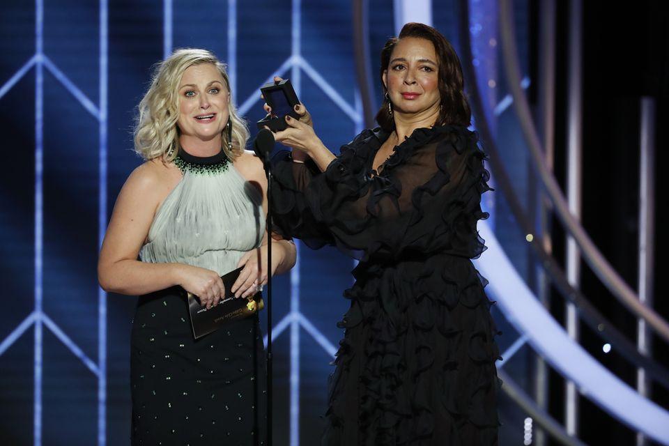 Schauspielerinnen Amy Poehler undMaya Rudolph sorgen mit einer schrulligen Fakeverlobung für Lacher im Publikum.