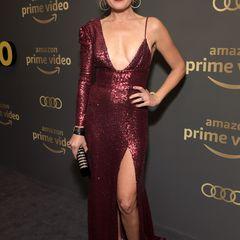 Sexy Glamour in Weinrot bringt Malin Akerman auf die Aftershow-Party von Amazon Prime Video.