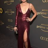 Sexy Glamour in Weinrot bringt Malin Akerman auf die Aftershow-Party von Amazon Prime Video.