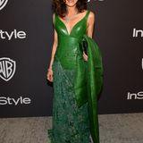 Mit Leder, Spitze und Seide präsentiert Michelle Yeoh einen ganz besonderen Look in Grün.