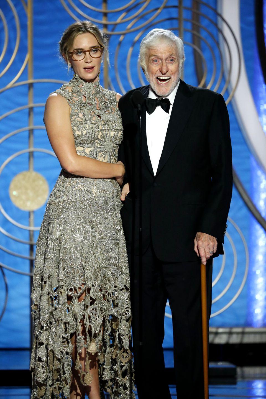 Emily Blunt (Mary Poppins' Rückkehr) und Altstar Dick Van Dyke (Mary Poppins) auf der Bühne imThe Beverly Hilton Hotel.
