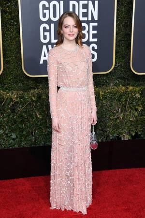 Emma Stone erschien zu den 76. Golden Globes einmal mehr in Louis Vuitton. Und ihre Robe kann sich sehen lassen: In ihrem Kleid stecken etwa 800 Stunden Arbeit.
