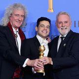 """Einer der großen Stars des Abends: Rami Malek. Für seine Hauptrolle im Film """"Bohemain Rhapsody"""" – indem der Schauspieler den legendären Queen-Frontman Freddie Mercury verkörpert – erhält er den Golden Globe für den besten Hauptdarsteller in einem Drama. Flankiert wird der stolze Gewinner von den Queen-LegendenBrian May (links) und Roger Taylor."""