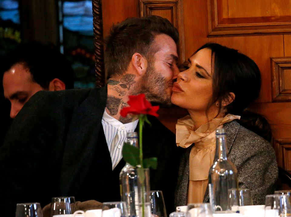 """6. Januar 2019  In der Front Row, während der """"London Fashion Week Men's"""", finden David und Victoria Beckham auch Zeit für kleine, süße Liebesbekenntnisse."""