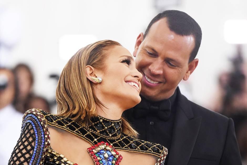 Jennifer Lopez und AlexRodríguez turteln verliebt auf dem roten Teppich.