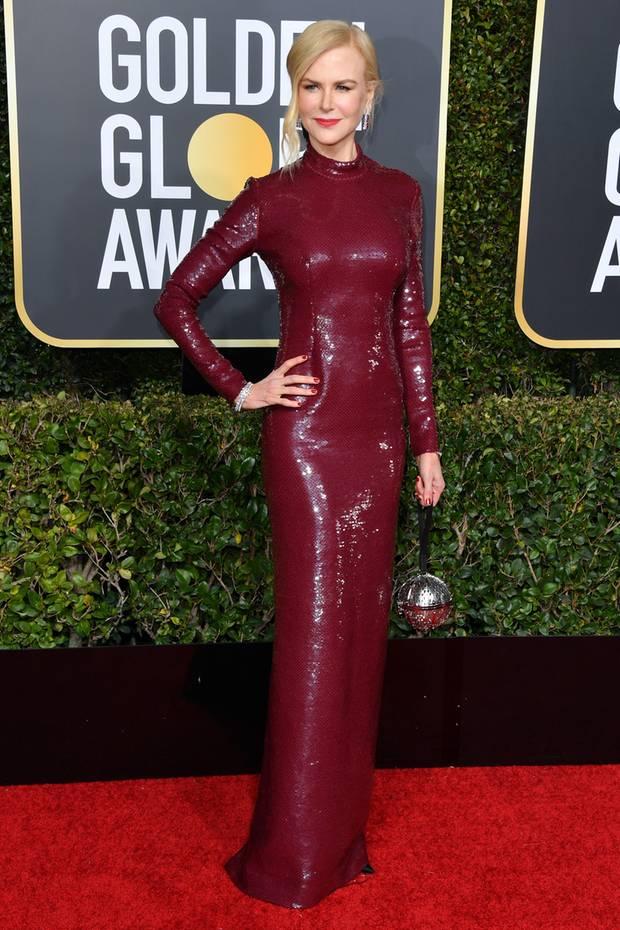 Wer bei den Golden Globes selbstverständlich nicht fehlen darf: Nicole Kidman. Die Schauspielerin präsentiert sich bei der Verleihung in einem figurbetonten, bodenlangen Abendkleid. In Sachen Styling holt sie sich - auch wenn man es auf den ersten Blick nicht erkennt - Inspirationen von niemand Geringerem als Herzogin Catherine.