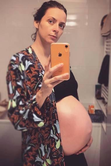 """""""Starting the new year with more belly and less sleep ..."""", schreibt Topmodel Eva Padberg zu diesem Babybauch-Selfie. Ein Zustand, densicherviele Schwangere nachempfindenkönnen."""