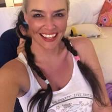 """8. Januar 2019  Will Daniela Katzenberger etwa wieder zurück zu ihrer Naturhaarfarbe? Wohl kaum! Auf Instagram macht sie nur einen kleinen Spaß und schreibt: """"Naturhaarfarbe in zwei Sekunden."""" Fans können sich bei diesem Anblickvorstellen, wie die Kultblondine wohl mit dunkler Haarpracht aussehen würde. Daniela kann wohl alles tragen."""