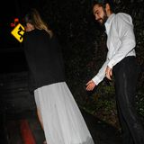 Während Heidi das Kleid auf dem Red Carpet noch stolz präsentiert, gibt sie am Ende des Abends in dem Traumdress eine nicht mehr ganz so glückliche Figur ab. Während Heidi obenrum von Tom Kaulitz' Jacket gewärmt wird, vergisst sie glatt den unteren Teil des Kleides. Denn die Schleppe hält dem Regen nicht stand, saugt sich auf dem Weg zum Auto mit Wasser voll.