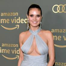 Für die Afterparty der Golden Globes 2019 wählt Heidi Klum ein helles Abendkleid. Diebodenlange Robe mit dem aufregenden Dekolleté wurde vom australischen Modehaus Paolo Sebastian entworfen. Das edle Outfit kombiniert das Topmodel mit silbernen Riemchenpumos und langen Ohrringen.