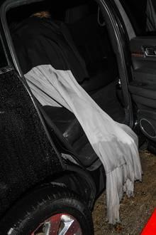 Beim Einsteigen in die Limousine sieht man deutlich, dass Heidis Kleid im Verlauf des Abends nicht nur nass, sondern auch dreckig geworden ist. Ob sich die Designer nun ärgern?Der exakte Preis der Robe ist zwar nicht bekannt, die Kleider von Paolo Sebastian kosten meistzwischen 5.000 und 10.000 Euro.