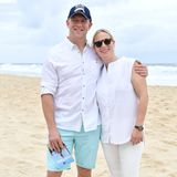 "8. Januar 2019  Am Surfers Paradise Beach in Australien sehen sich Mike Tindall und Zara Phillips gut gelaunt das ""Magic Millions Barrier Draw""-Pferderennen an. Das Paar setzt dabei auf luftige, helle Strandkleidung."