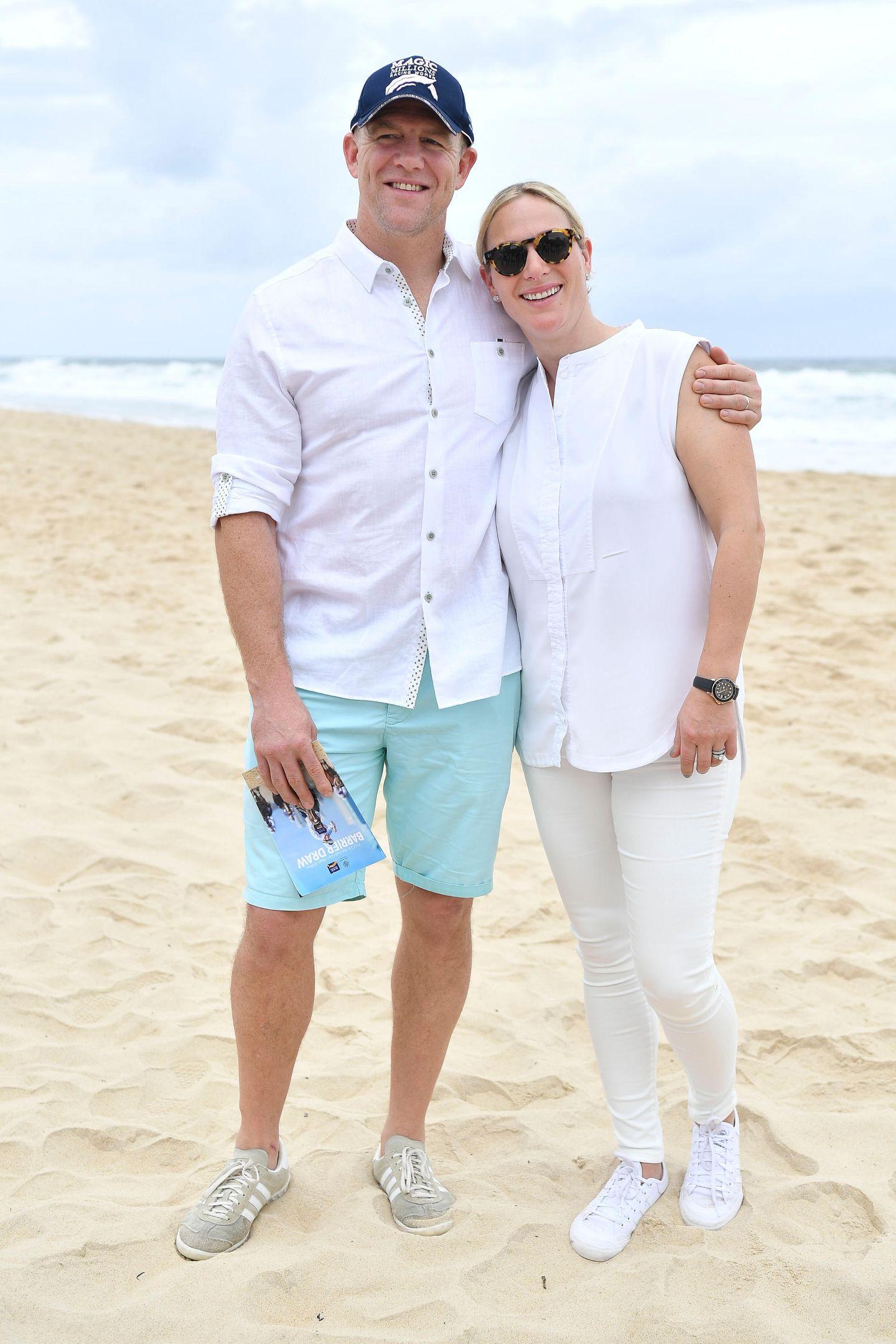 """8. Januar 2019  Am Surfers Paradise Beach in Australien sehen sich Mike Tindall und Zara Phillips gut gelaunt das """"Magic Millions Barrier Draw""""-Pferderennen an. Das Paar setzt dabei auf luftige, helle Strandkleidung."""