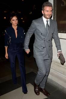 Auf dem Weg zum GQ-Dinner in London erscheinen Victoria und David Beckham Hand in Hand. Und - wie immer - als extrem stylisches Duo: Während David auf einen grauen Anzug mit doppelreihigem Jackett setzt, wählt Victoria eine Ensemble in Dunkelblau.