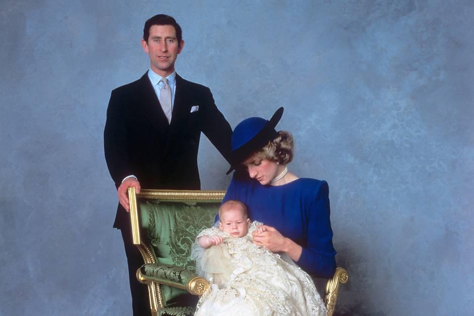 Prinz Charles, Prinzessin Diana und Prinz Harry posieren am 21. Dezember 1984, dem Tauftag Harrys,für den Fotografen.
