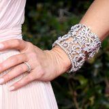 Beeindruckend sieht auch die filigran-floraleArmspange aus, die sich um ihr Handgelenk windet.