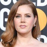 """Amy Adams setzt bei den Golden Globe Awards auf eine Kombination aus unterschiedlichen Stücken von Cartier. Da hätten wir zum Einen die """"Galaxies""""-Stecker aus Mondstein, Roségold, Diamanten und Quarz..."""