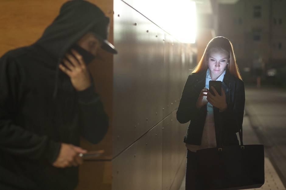 Der Dieb wollte der Frau ihr Handy stehlen