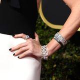 """Zwischen ihren Diamantreifen kann man nämlich ein """"Time's Up""""-Band entdecken. Damit protestiert Charlize Theron still gegen sexuelle Belästigung und macht sich wie zum Beispiel auch Julianne Moore für mehr Gleichheit am Arbeitsplatz stark."""