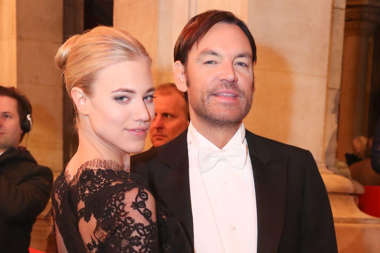 Larissa Marolt und Whitney Sudler-Smith beim Wiener Opernball im Februar 2015