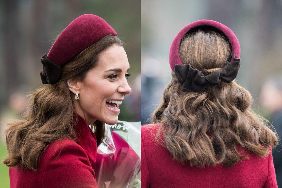 Auch im Winter zu offenen Haaren ein echter Hingucker: Herzogin Catherine trägt an Weihnachten einen roten Haarreif mit Schleife.