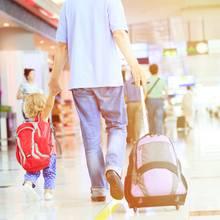 Vater und Tochter am Flughafen