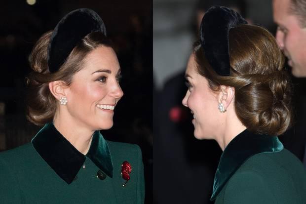 Der schlichte, schwarze Samt-Haarreif macht sich perfekt in der aufwendigen Hochsteckfrisur von Herzogin Catherine.