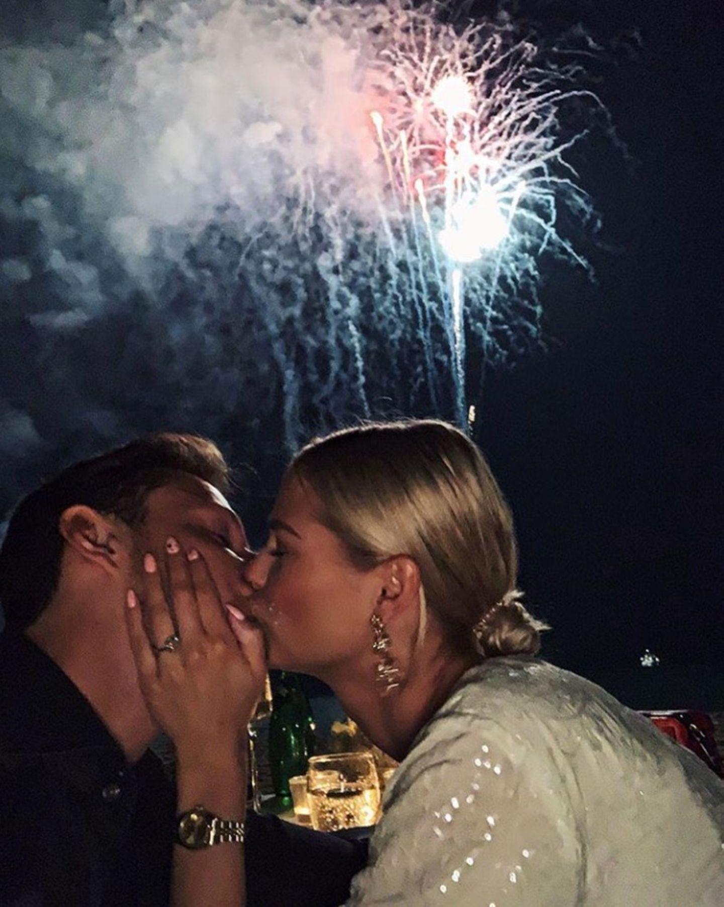 Feuerwerk, Küsse, ein dicker Klunker: Darya Strelnikova erlebt einen ganz besonderen Jahreswechsel. Sie feiert als Verlobte in 2019 rein. Einen Tag zuvor hat ihr Liebster, Roger Elias, um ihre Hand angehalten und sie hat ja gesagt. Ein großer Stein ziert nun ihren Ringfinger.  In 2015 hatte Darya den 5. Platz bei GNTM belegt.