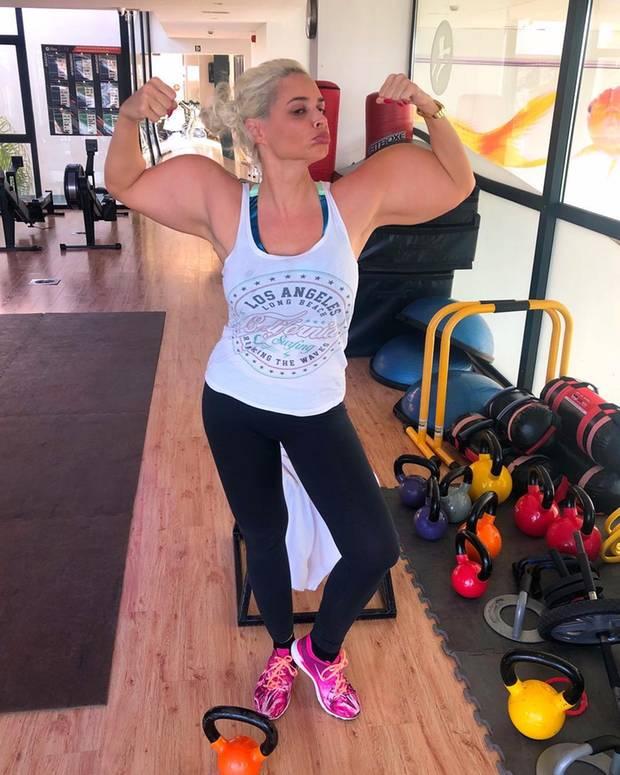 """8. Januar 2019  """"Ich, wie ich mich fühle, nachdem ich das erste Mal Bizeps trainiert habe"""", postet Daniela Katzenberger scherzend. Auf dem Foto hat sich dasReality-TV-Sternchen, dank Bildbearbeitung,ordentlich Muskeln dazu gemogelt."""