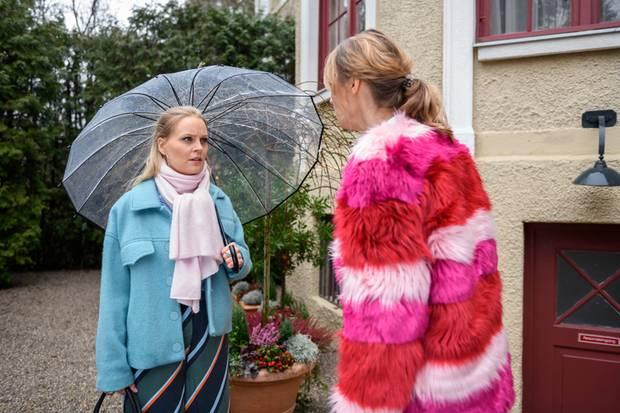 Jessica (Isabell Ege, r.) erfährt von Annabelle (Jenny Löffler, l.) nach ihrer Rückkehr an den Fürstenhof eine schockierende Wahrheit. Zu sehen in Folge3094, die voraussichtlich am 20. Februar 2019 ausgestrahlt wird