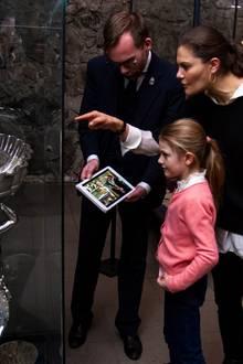 8. Januar 2018   Außerdem gibtes in der Schatzkammer das Taufbecken Karls XI. zu sehen, in dem Estelle und selbst Mama Victoria getauft worden sind.Kein Zweifel - hier geht die 6-jährige Estelle spielerisch in die Königinnenschule.