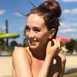 Der Bachelor 2019: Am Strand setzt Christina nämlich auf mehr Natürlichkeit und zeigt ihre niedlichen Sommersprossen. Nur auf ihre falschen Wimpern kann sie nicht verzichten.