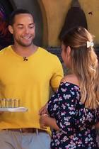 Andrej begrüßt Nadine und Mariya (v.l.) mit Tequila-Shots.